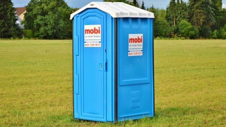 Soirée privée à la maison : les toilettes chimiques sont pratiques et économiques