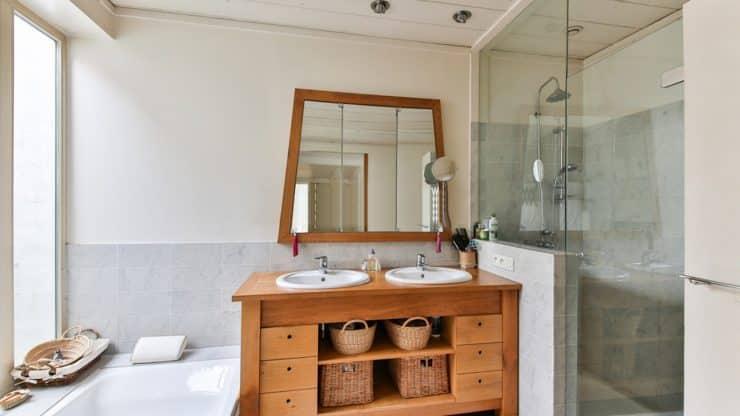 Sublimez votre salle de bain d'un joli miroir en teck