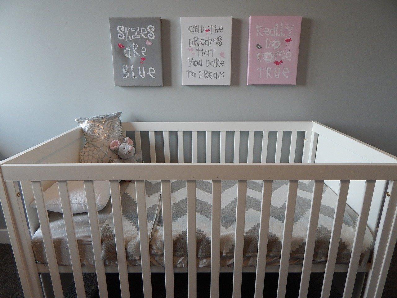 Comment décorer une belle chambre bébé mixte ?
