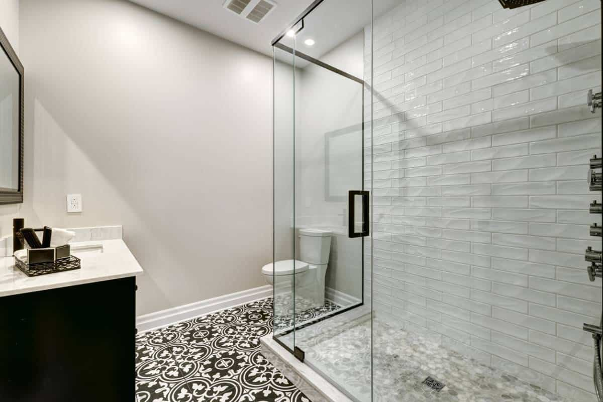 Quel est le matériau le plus résistant pour un receveur de douche ?