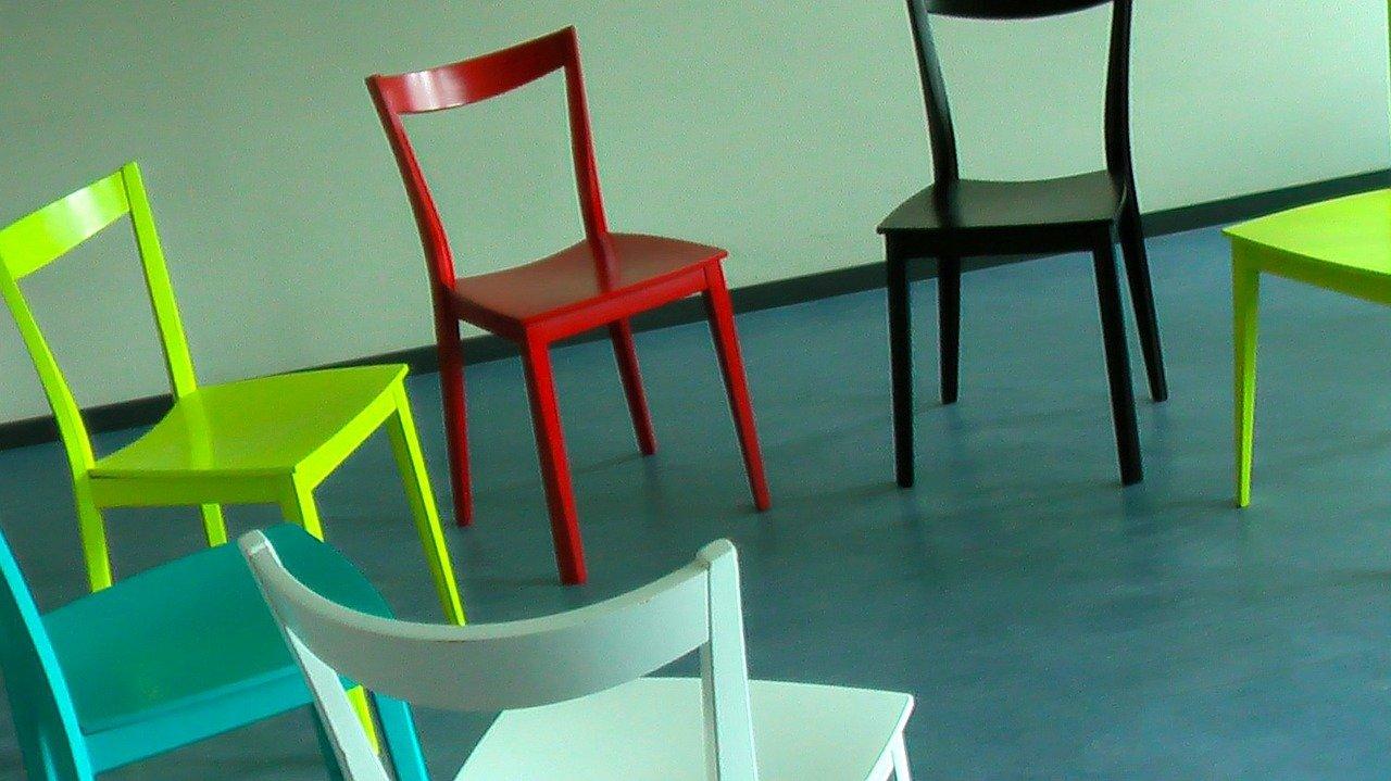 Chaises dépareillées : le guide de la nouvelle tendance