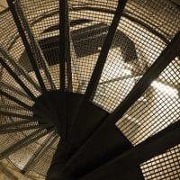 Pourquoi faire le choix d'un escalier limon central acier ?