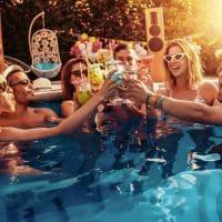 4 astuces pour réussir une pool party nocturne